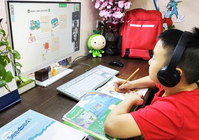 A student learning online lessons at home during the early outbreak of COVID-19 in Vietnam (Photo: Dan Tri)