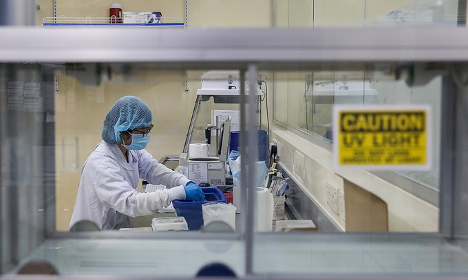 A medical worker tests novel coronavirus samples in a lab hcmc, april 2020. (photo: vne)