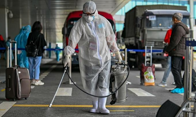 A medical worker sanitizing at the airport (photo: vne)
