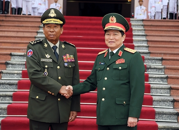 Minister of National Defense Ngo Xuan Lich hosts welcome ceremony for Cambodian Deputy Prime Minister and Minister of National Defense Samdech Picheysena Tea Banh at the Headquarters of the Ministry of National Defense in Ha Noi on December 20, 2019