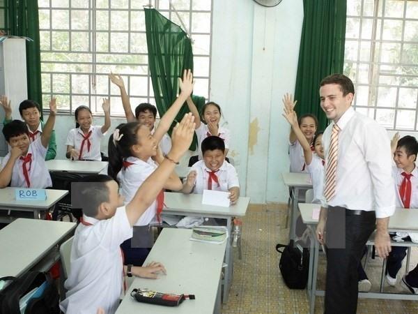 A foreign teacher lecturing a class in Vietnam (Photo: Vietnam News)