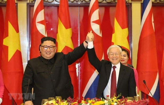 General Secretary of the Communist Party of Vietnam Central Committee and State President Nguyen Phu Trong (R) welcomes the leader of the Democratic People's Republic of Korea, Kim Jong Un, at a banquet on March 1, 2019 (Photo: VNA)