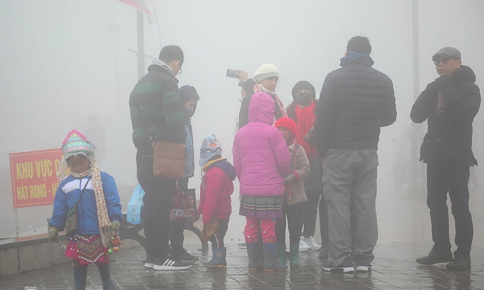 Groups of small children surrounding tourists under cold weather (Photo: VNE)