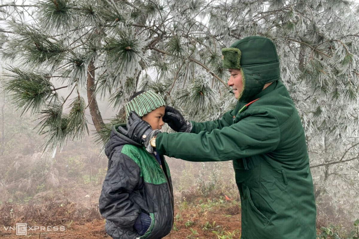 On the way to patrol, a border guard instructing a kid how to keep people, livestock and poultry warm and protect crops. Photo: Nguyen Thieu (Photo: VNE)
