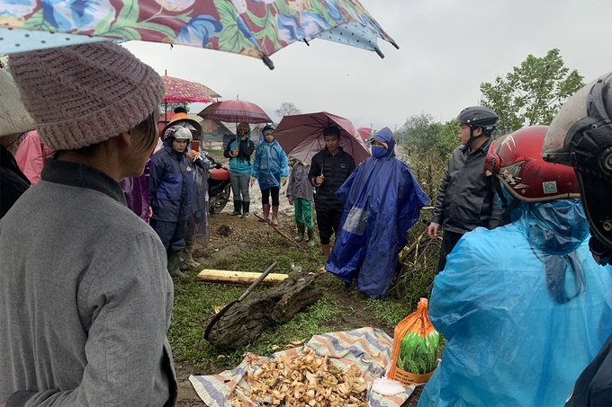 Local authorities instructing farmers on how to feeding cattle. Photo: VNE