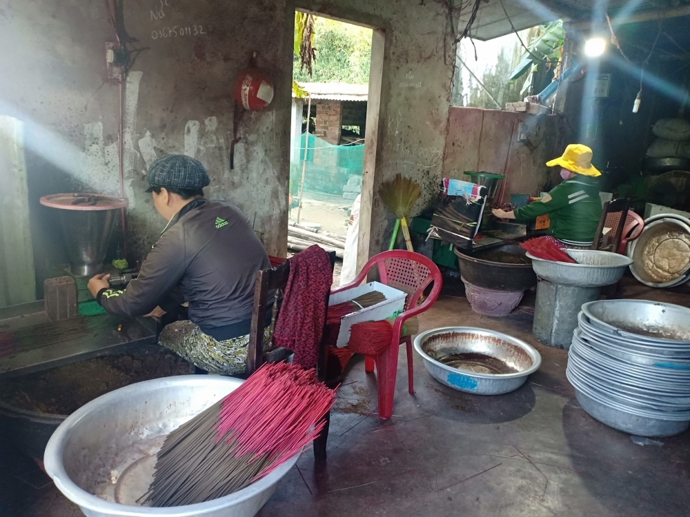 Quan Huong craft village busy churning out incense ahead of Lunar New Year
