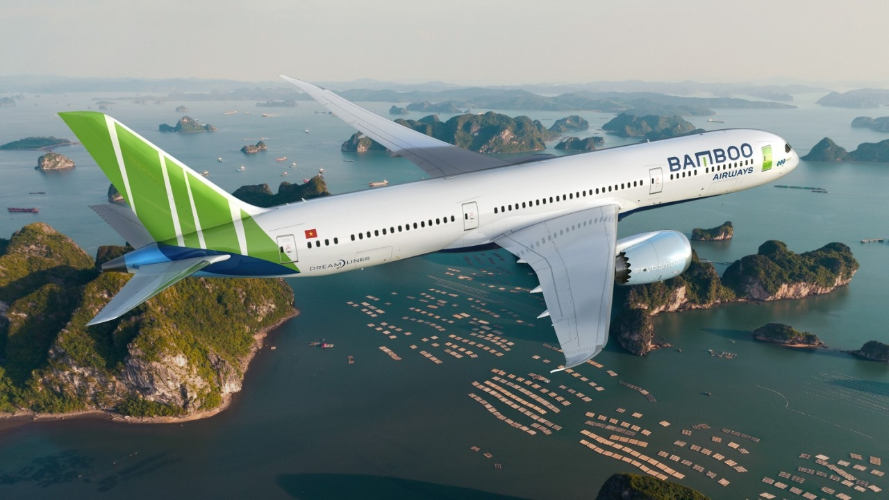 One Bamboo Airway's plane flying over Ha Long Bay (Photo: VGP)