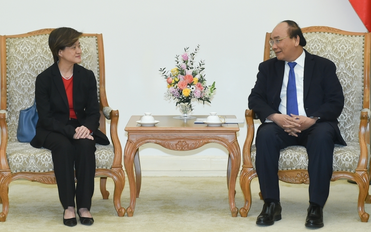 Prime Minister Nguyen Xuan Phuc (R) hosts outgoing Singaporean Ambassador to Vietnam Catherine Wong (Photo: VGP)