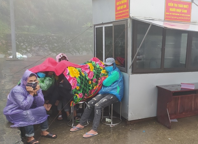 Repatriated workers waiting for their turn to get body temperature checked. Photo: Dan Tri