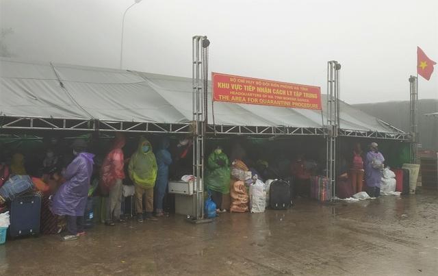 Groups of returnees waiting before transfered to quarantine zone. Photo: Dan Tri
