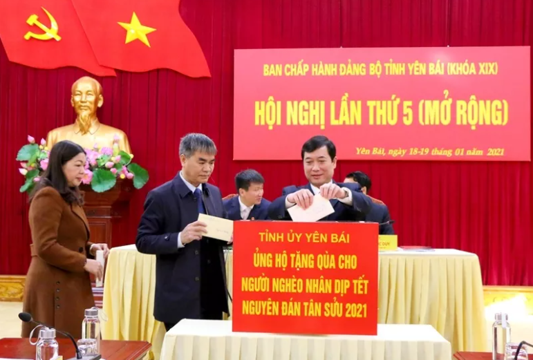 Leaders of Yen Bai province making donations to poor people at the meeting of the Executive Committee of the Yen Bai provincial Party Committee on January 18.