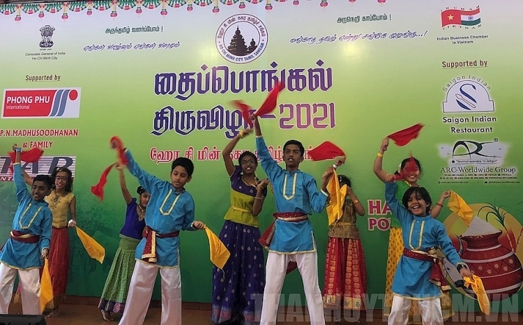 Opening dance performed by Indian children living in Ho Chi Minh City (Photo: Thoi Dai)