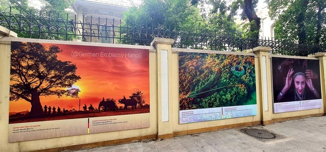 21 photos are hung on the wall surrounding German Embassy in Hanoi (Photo: Thanh Nien)