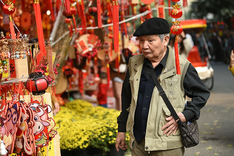 Hang Ma Street puts on brilliant red makeover as Tet draws near