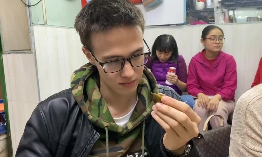 Ilya andreev looks carefully at the snail before trying (photo: vne)