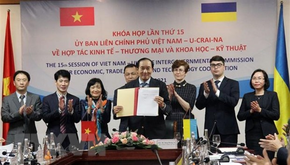 Vietnam and Ukraine ink an MoU on stock exchange cooperation during the 15th session of the inter-governmental commission for economic, trade and sci-tech cooperation on January 25. (Photo: VNA)