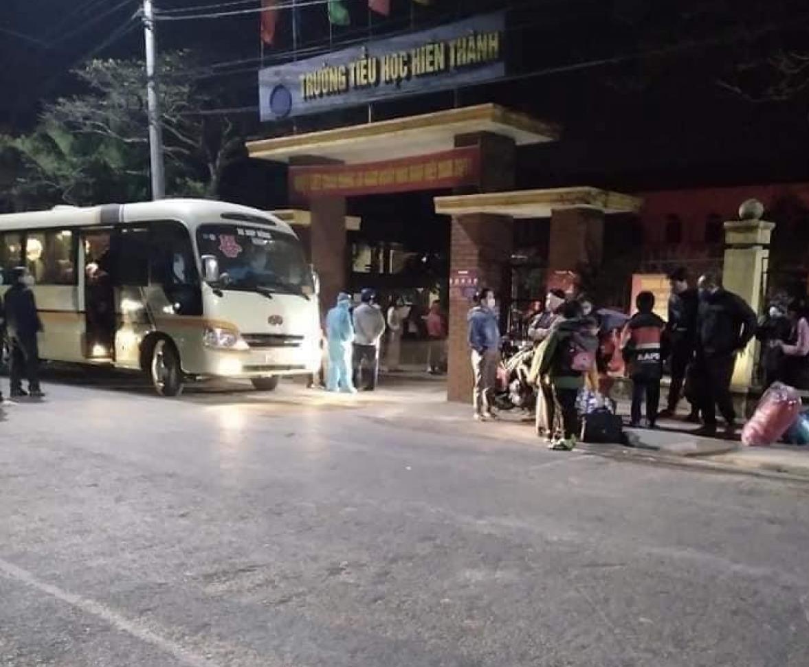 Students at Hien Thanh primary school were taken to quarantine center (Photo: Vietnamnet)