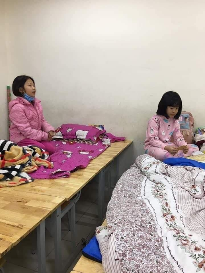 Students at Xuan Phuong primary school are quarantined at their school (Photo: VTC)