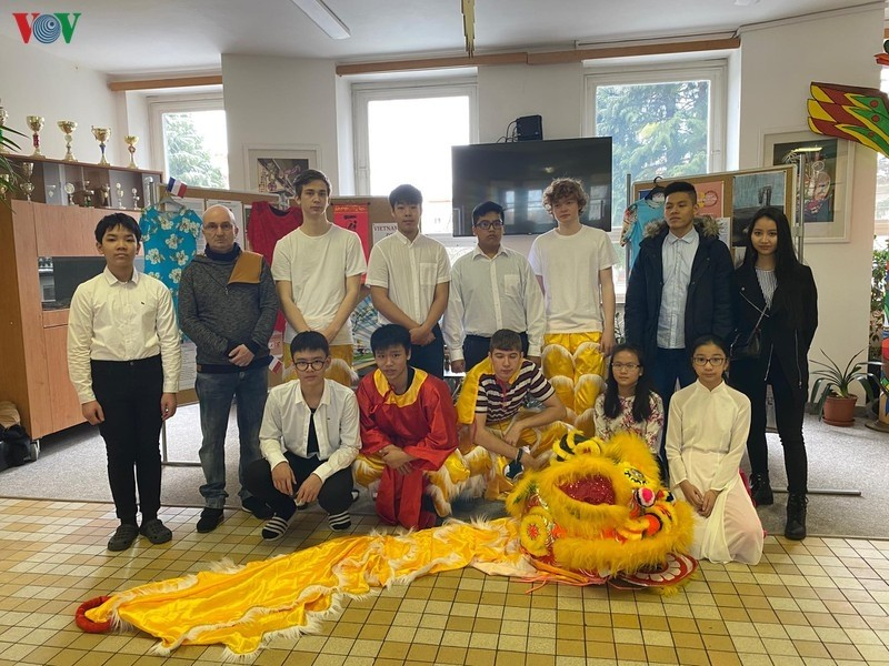 introducing vietnamese family tradition in the western czech republic