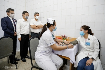 vietnam records nearly 1000 covid 19 vaccinated first responders