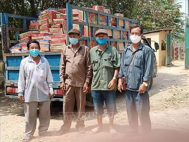 Vietnam sends COVID-19 aid packages to overseas countrymen in Cambodia
