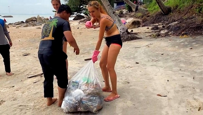 Video of Russian girl willing to collect trash on Phu Quoc beach going viral on Vietnam