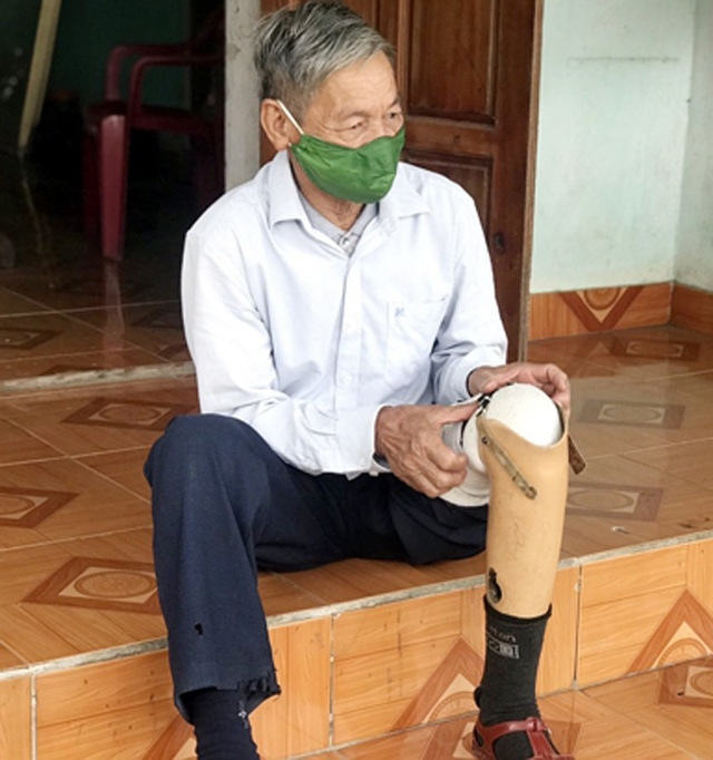 vietnamese veteran with prosthetic leg volunteers in covid 19 test station
