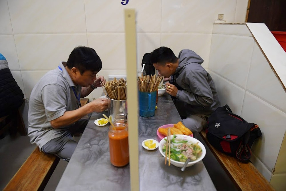 hanoi restaurants install table partitions to curb covid 19