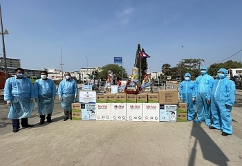 Vietnam handed thousands of medical gears to Cambodia
