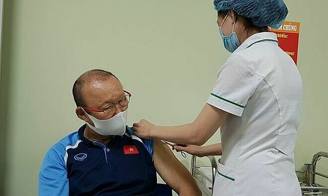 Football coach Park and rest of National football team's staff get Covid-19 shot