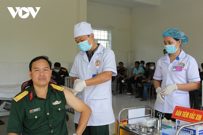 Frontline officers, soldiers in central Vietnam get prioritized Covid-19 vaccines
