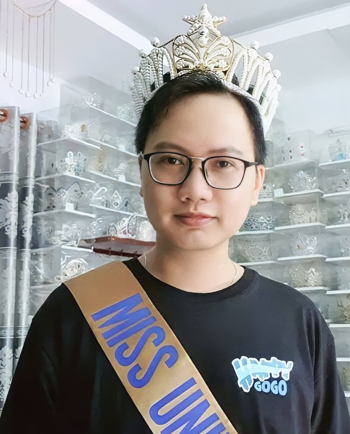 Impressive paper tiara collection of Vietnamese guy