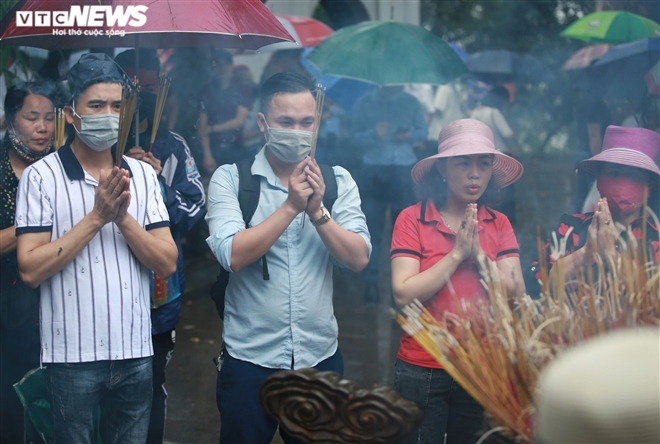 In photos: Tourists brace drizzle, flock to Hung King's Temple