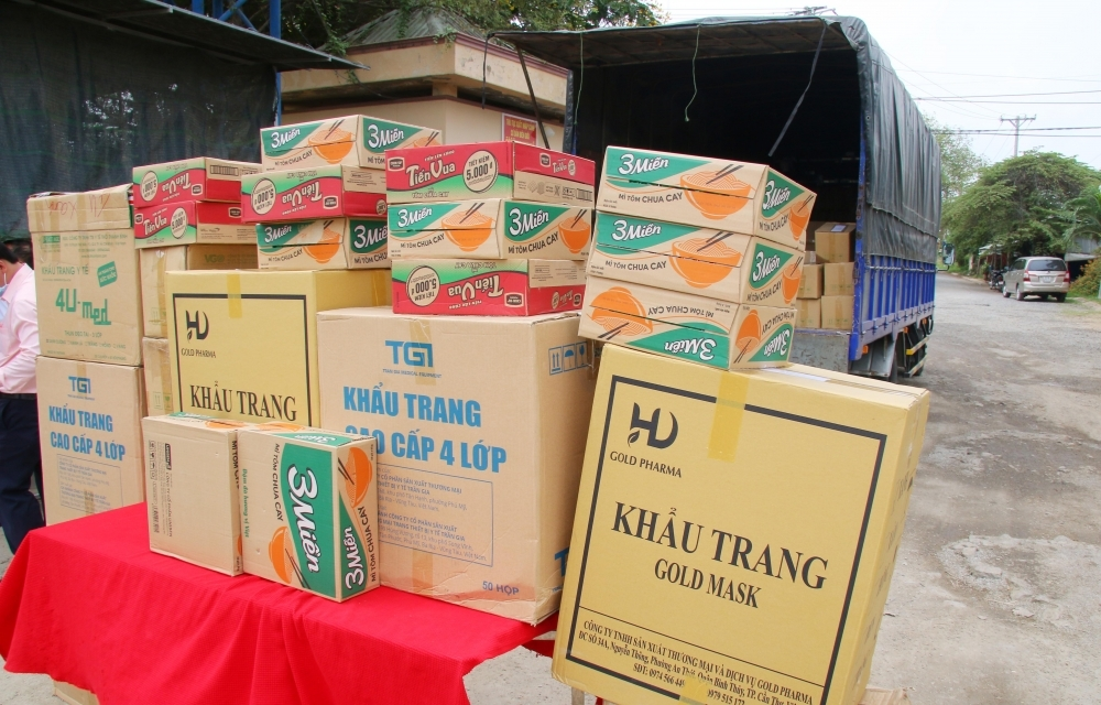 Can Tho Friendship Union and Tho Dai Magazine send gifts to Vietnamese Khmer in Cambodia
