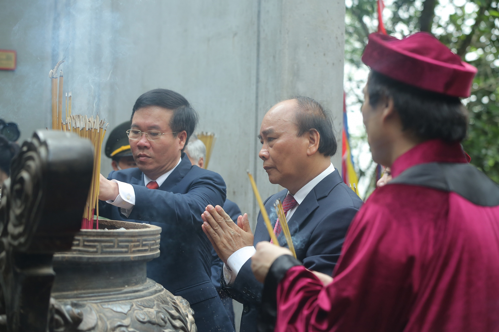 State President offers incense, pays tribute to Hung Kings