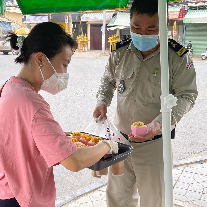 Cambodia newspaper highlights Vietnamese women's good deeds to local anti-pandemic force