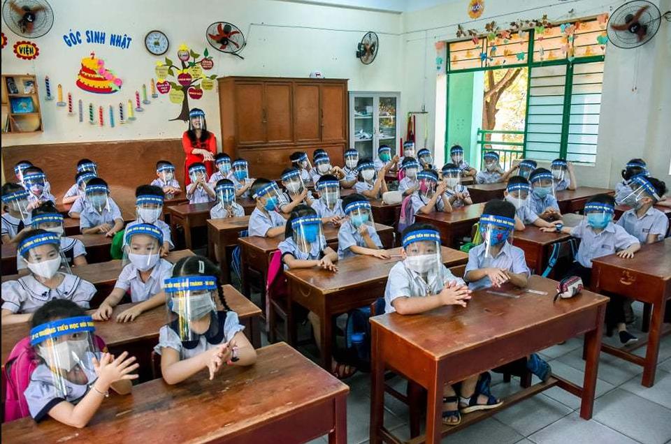 vietnamese students wear anti droplet face shields returning school