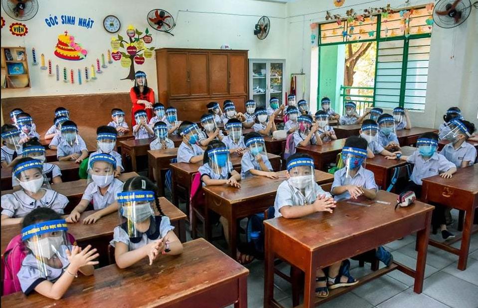 COVID-19 combat: Vietnamese students wear anti-droplet face shields returning school