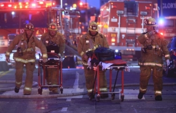 world news today fire and explosion rip through downtown la 11 firefighters injured