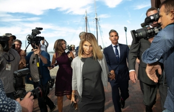 lori loughlin and husband agree to plead guilty in college admissions scam