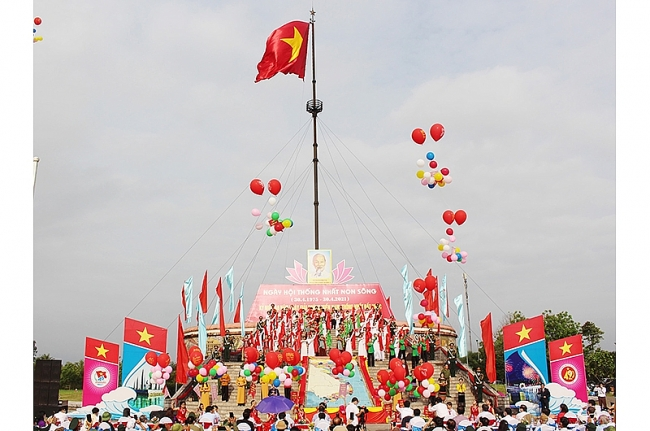 Vietnam News Today (May 1): Quang Tri: Flag-raising ceremony held to mark Reunification Day