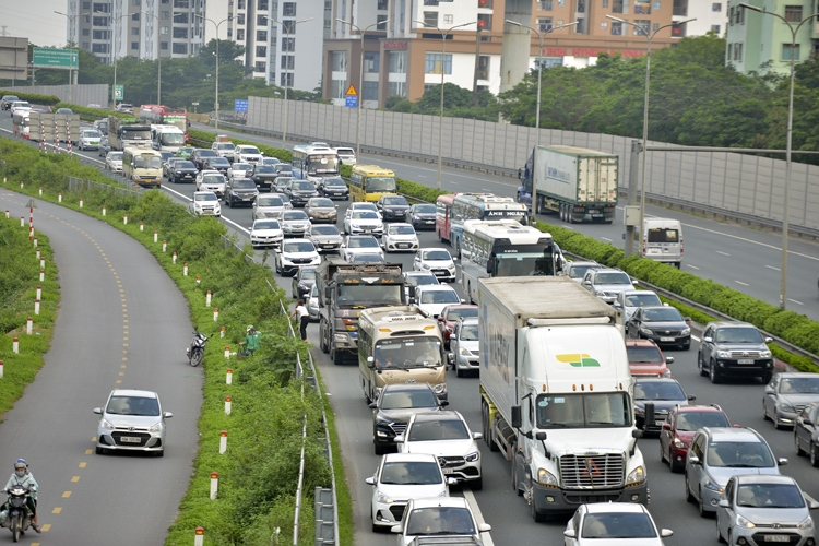 Thousands of vehicles flock to Hanoi after holiday break