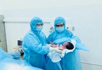 Vietnamese baby born in quarantine center