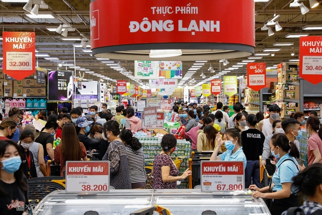 Saigonese flock to supermarkets to stock for social distancing