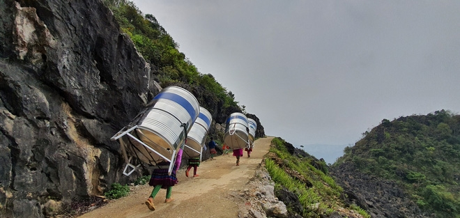 images of vietnamese upland women carrying 1000 litre water tank astound netizens