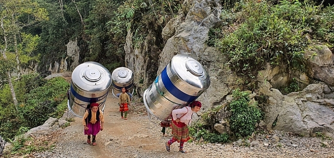 Images of Vietnamese upland women carrying 1,000 litre water tank astound netizens