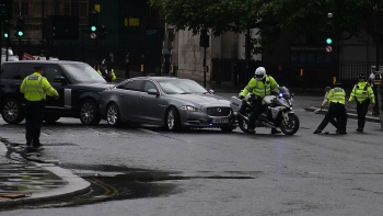 world news today boris johnson involves in minor car crash outside british parliament