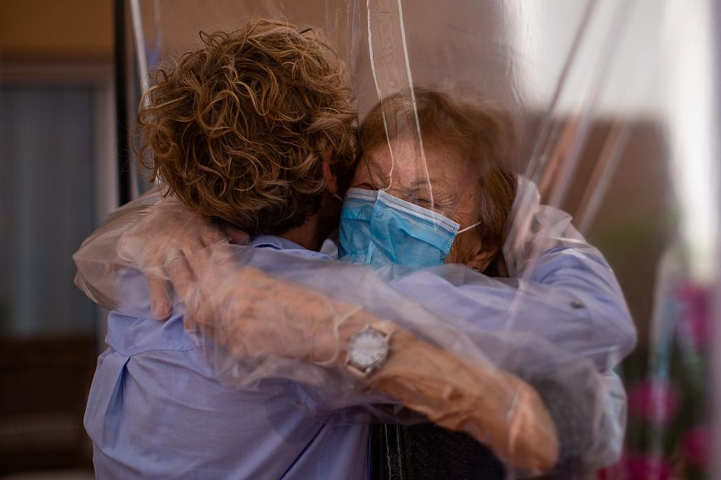 heart melting hugs through plastic screen in covid 19 time