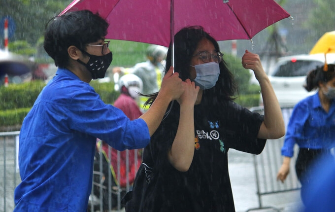 Torrential rain no problem for Hanoi test-takers