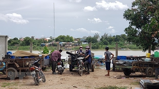 Vietnamese in Cambodia strictly follow raft house relocation order